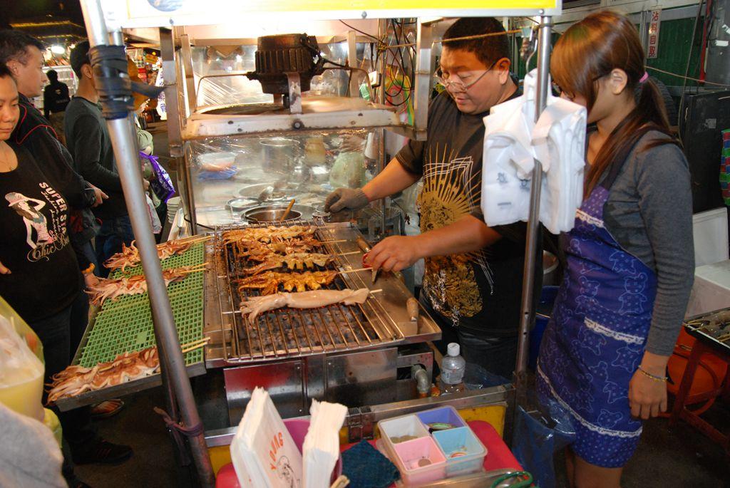 ร้านนี้ขายปลาหมึก ย่างสดๆกันเลย (ที่ไหนก็มีปลาหมึกเนอะ) ที่มา http://www.jlyes.com.tw/