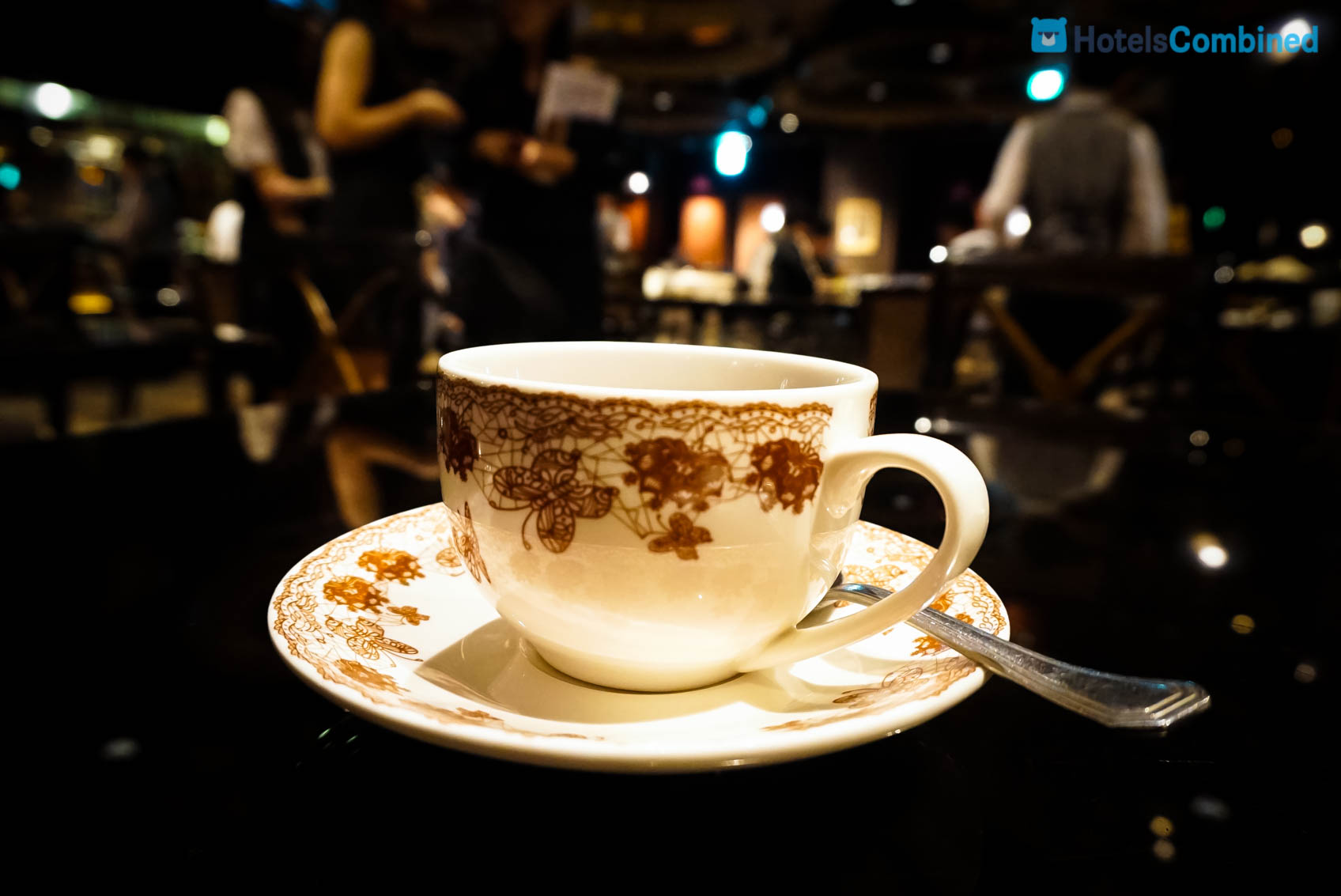 มาที่โต๊ะพนักงานจะถามว่า จะรับชาหรือกาแฟดีคะ