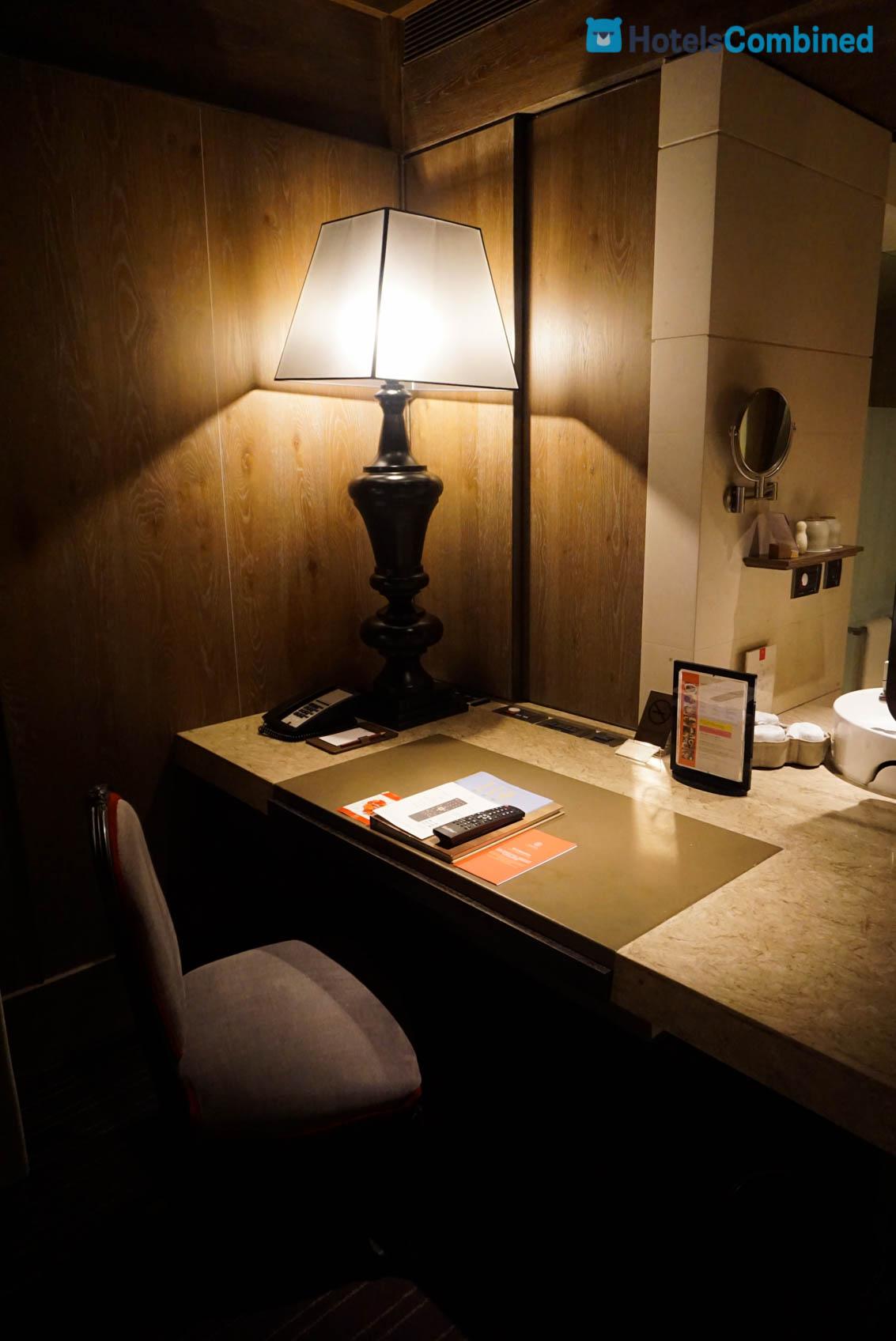 โต๊ะทำงาน พร้อมแผงควบคุมเปิด - ปิด ไฟต่างๆ