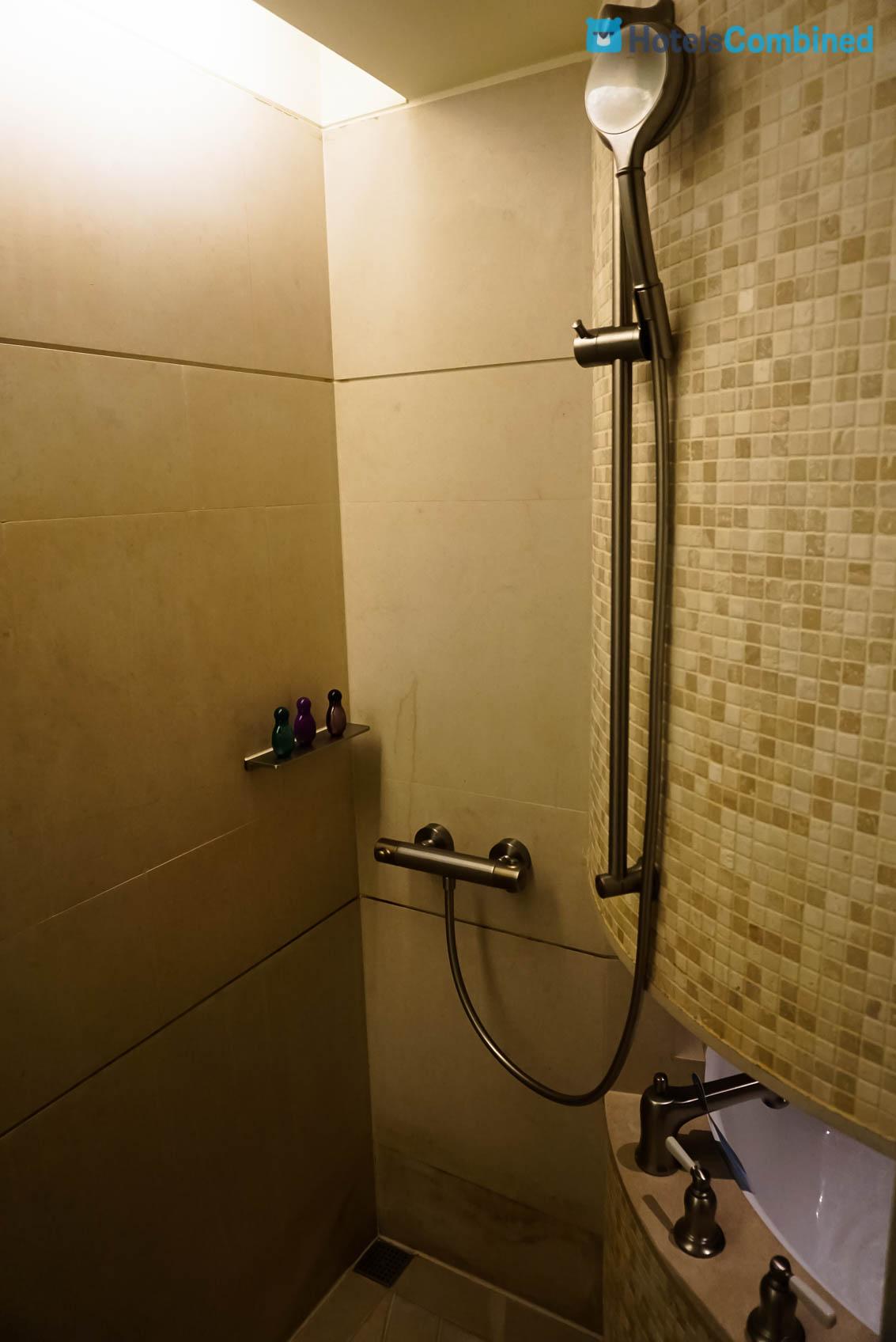 มีโซนฝักบัวอาบน้ำ ติดกับอ่างอาบน้ำ (นอนได้พอดีตัวเลย)