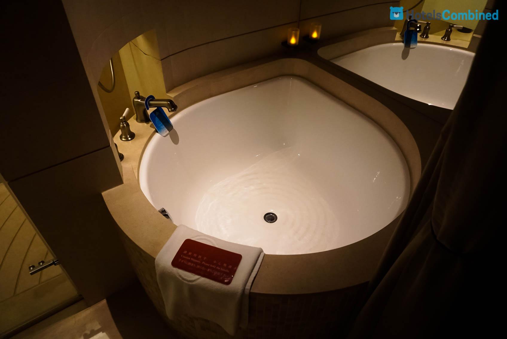 อ่างอาบน้ำหน้าตาเหมือน Poring ใน Ragnarok เลย ฮ่าๆ รูปลูกท้อก็ได้ นอนสบายเลยค่ะ