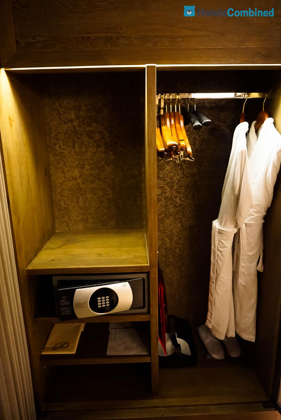 ตู้เสื้อผ้า และตู้นิรภัย (เราใช้บ่อยเวลาเก็บ Passport เอาออกไปข้างนอกด้วยก็กลัวจะหาย)