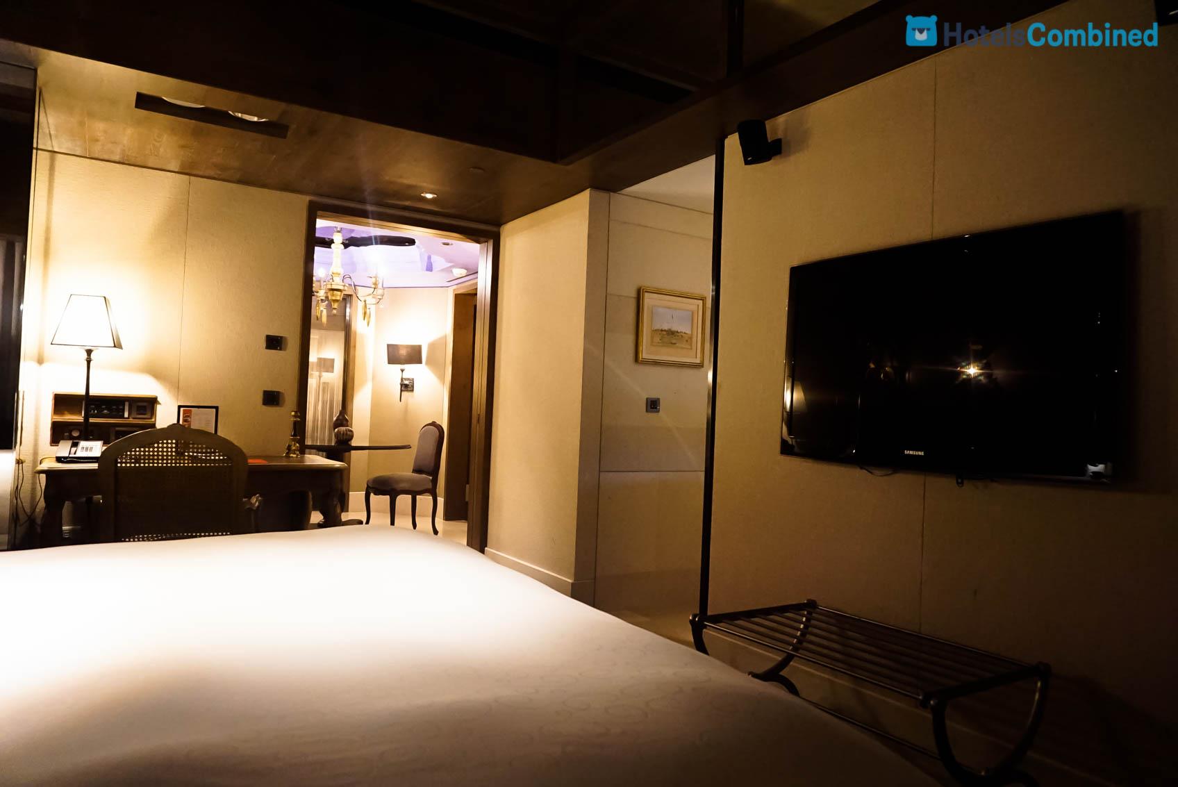 มองออกไปจากห้องนอนเป็นโซนห้องรับแขก ห้องประชมุเพลิงตรงทางเข้า